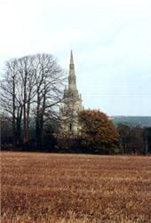 Impressionnant clocher de 46 m jaillissant  des champs de blé